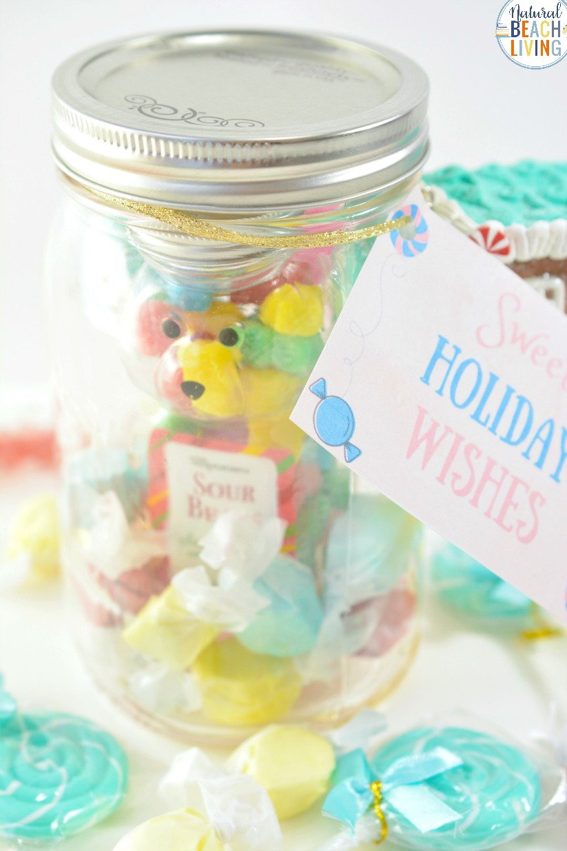 Sweet Treat Christmas Gift Jar, Mason Jar Crafts, Gift Jar Christmas, This mason jar gift idea is adorable and perfect for this time of year. Fill a jar up with your favorite candies, download this free holiday gift tag, and give these out as hostess gifts, secret Santa ideas, teachers gifts or even to your children. Gift Jar idea