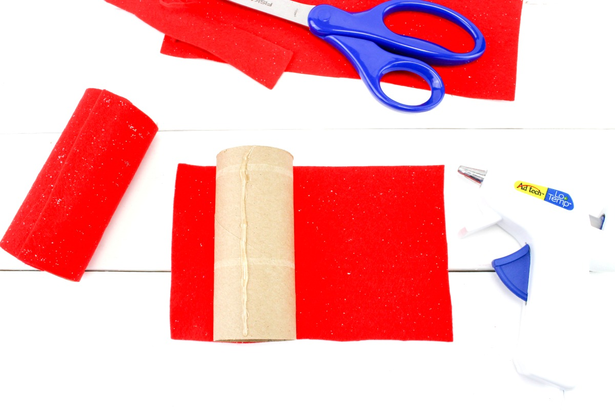 Santa Binoculars Christmas Craft for Kids, These DIY Santa Binoculars Christmas Craft are perfect for kids to make in December, This is an easy Christmas Craft for Kids, You can make an adorable Santa craft with your kids to Search for Santa with their very own DIY Santa binoculars #santacraft #christmas #christmascraft